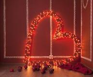 Röd hjärta med girlanden Arkivfoton