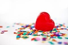 Röd hjärta med konfettiar Royaltyfri Foto