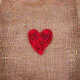 Röd hjärta med modeller på att plundra arkivfoto