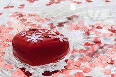 Röd hjärta med vita snöflingor svävar i vatten Valentin` s Da Royaltyfria Bilder