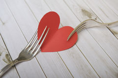 Röd hjärta och bestick på träbräden och vit, valentin Arkivfoto