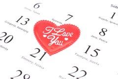 Röd hjärta och Februari 14 i kalender Fotografering för Bildbyråer