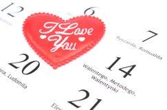 Röd hjärta och Februari 14 i kalender Arkivfoto