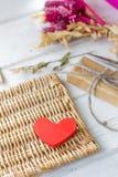 Röd hjärta och gåva för valentin dag Fotografering för Bildbyråer