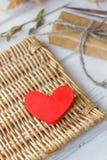 Röd hjärta och gåva för valentin dag Arkivbild