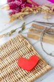 Röd hjärta och gåva för valentin dag Arkivfoton