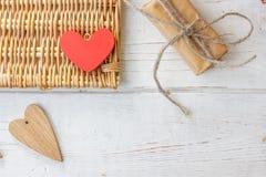 Röd hjärta och gåva på valentin dag Royaltyfri Fotografi