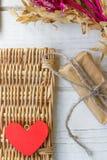 Röd hjärta och gåva på valentin dag Royaltyfri Bild