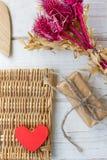 Röd hjärta och gåva på valentin dag Fotografering för Bildbyråer