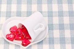 Röd hjärta och hjärta formad kaffekopp Arkivbild