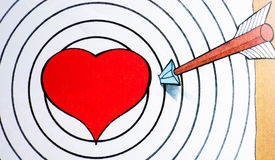 Röd hjärta och pil på cirkelbakgrund Fotografering för Bildbyråer