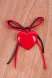 Röd hjärta och pilbåge Arkivfoton