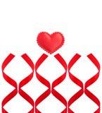 Röd hjärta och röda band på vit bakgrund Royaltyfri Fotografi