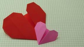 Röd hjärta och rosa färghjärta royaltyfria bilder