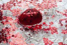 Röd hjärta och små hjärtor som svävar i vattnet Royaltyfri Fotografi