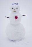 Röd hjärta och snögubbe lycklig s valentin för dag Royaltyfria Bilder