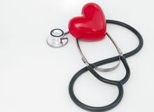 Röd hjärta och stetoskop Arkivfoton