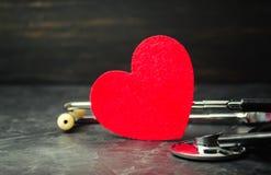 Röd hjärta och stetoskop Begreppet av medicin och sjukförsäkring, familj, liv ambulant Kardiologisjukvård royaltyfri bild