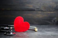 Röd hjärta och stetoskop Begreppet av medicin och sjukförsäkring, familj, liv ambulant Kardiologisjukvård arkivbild