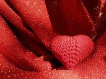 Röd hjärta på absolut röd bakgrund Fotografering för Bildbyråer