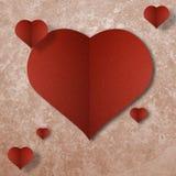 Röd hjärta på abstrakt grungepappersbakgrund Arkivbild