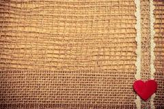 Röd hjärta på abstrakt torkdukebakgrund Royaltyfri Bild