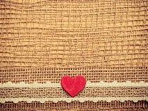Röd hjärta på abstrakt torkdukebakgrund Fotografering för Bildbyråer
