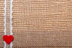 Röd hjärta på abstrakt torkdukebakgrund Royaltyfria Foton