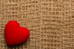 Röd hjärta på abstrakt torkdukebakgrund Royaltyfri Fotografi