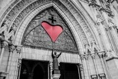 Röd hjärta på bilden av basilikan i Quito, Ecuador Royaltyfria Foton