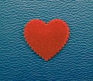 Röd hjärta på blå tappningbakgrund royaltyfria bilder