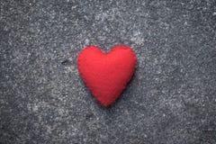 Röd hjärta på cementgolv Arkivfoton