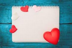Röd hjärta på de blåa brädena Arkivfoto