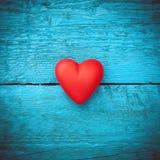 Röd hjärta på de blåa brädena Royaltyfri Foto