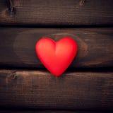 Röd hjärta på de mörka brädena Royaltyfri Foto