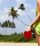 röd hjärta på den exotiska sandiga stranden - valentin dagbegrepp Royaltyfria Bilder