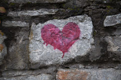 Röd hjärta på den gamla stenväggen Royaltyfria Foton
