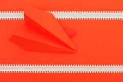 Röd hjärta på den rosa bakgrunden med pillinjen och pappers- flygplan arkivbild
