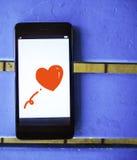 Röd hjärta på den smarta telefonen Fotografering för Bildbyråer
