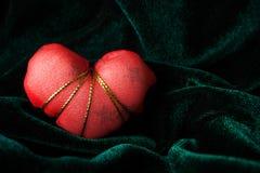 Röd hjärta på den Velor bakgrunden Royaltyfri Bild