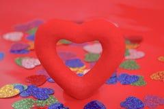Röd hjärta på en röd bakgrund, förälskelse, valentindag, Royaltyfria Bilder