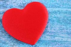 Röd hjärta på en blå abstrakt bakgrund Royaltyfria Bilder