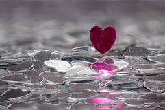 Röd hjärta på en bunt av silverhjärtor Royaltyfri Fotografi
