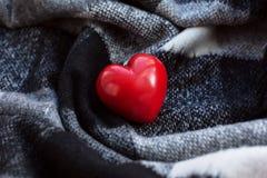Röd hjärta på en filt Arkivfoton