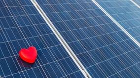 Röd hjärta på en sol- cell Royaltyfri Bild