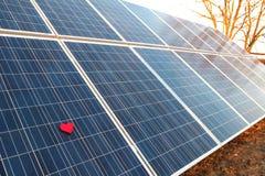 Röd hjärta på en solpanel Fotografering för Bildbyråer