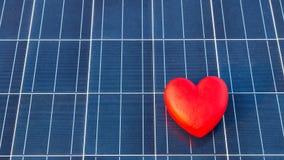 Röd hjärta på en solpaneltextur Royaltyfria Bilder