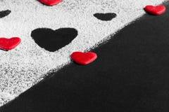 Röd hjärta på en svartvit bakgrund på en diagonal Royaltyfri Fotografi