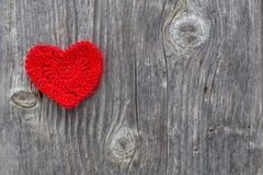Röd hjärta på en utomhus- wood textur Arkivfoto