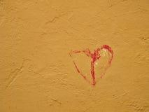 Röd hjärta på en vägg Royaltyfri Foto